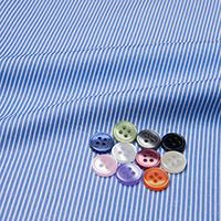 ボタンとブルー ストライプの生地