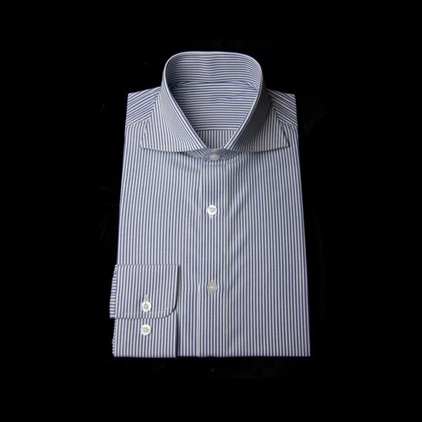 ブルーのストライプ柄でワイドカラー、ラウンドカフスのワイシャツ