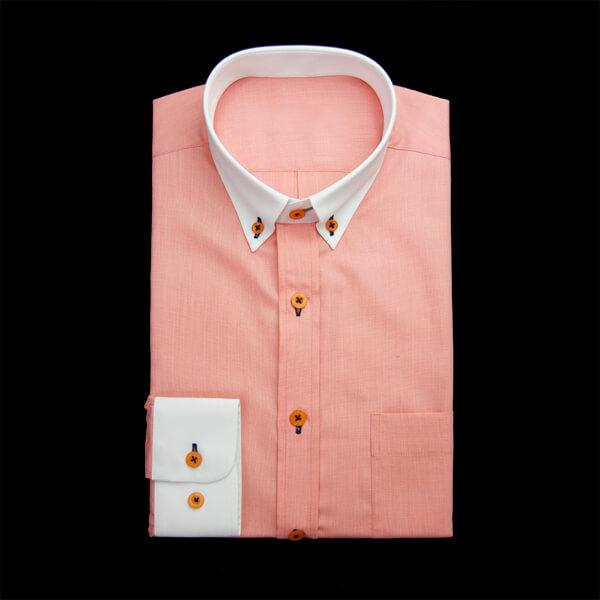 明るい印象を与えるカラーのクレリックワイシャツ