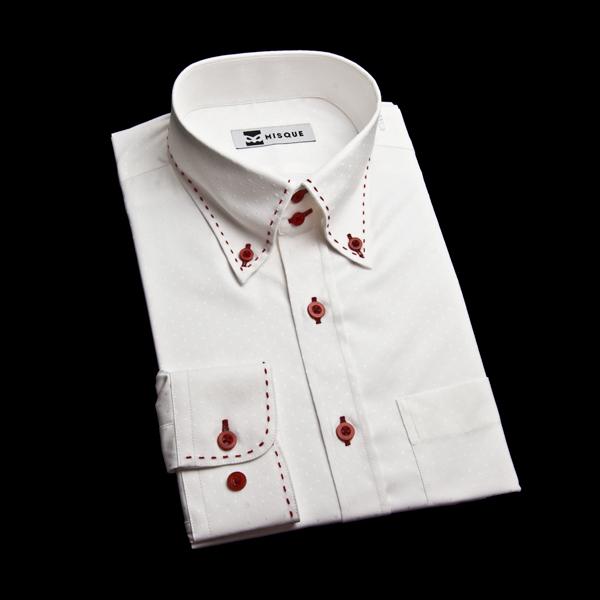 白シャツに赤ボタンとステッチでオリジナルシャツ