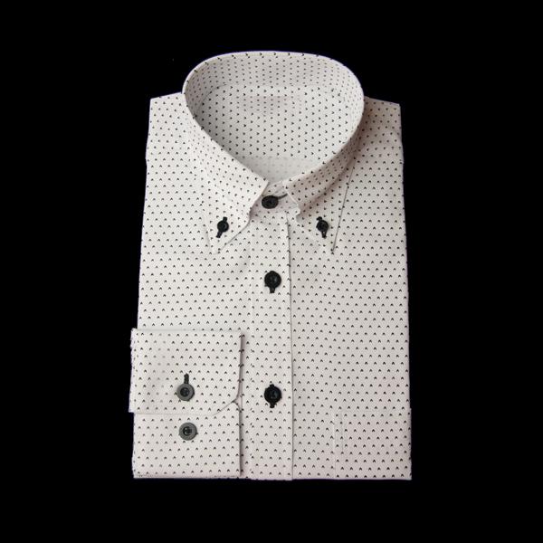 への文字柄のワイシャツ