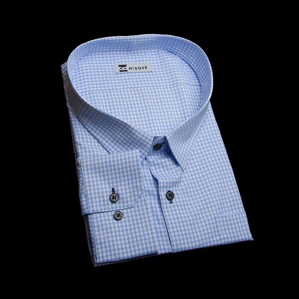 水色のギンガムチェックシャツ