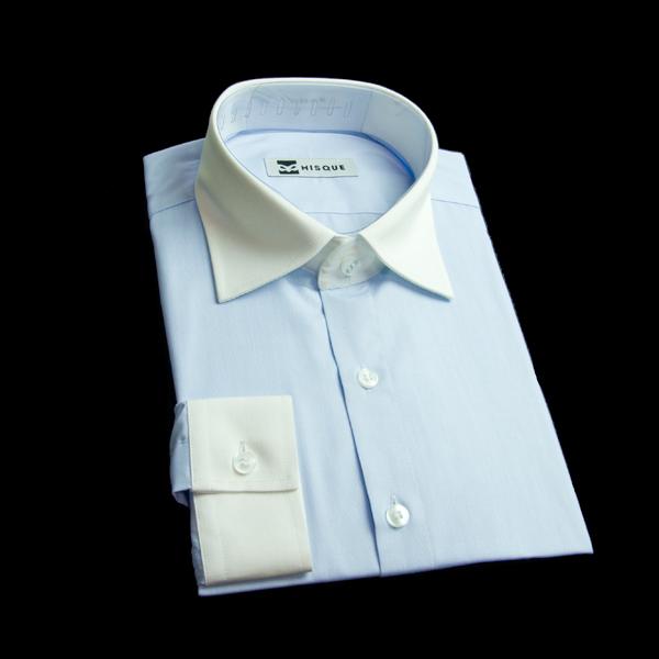 爽やかなブルー地のクレリックシャツ