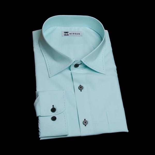 アクアブルーの淡色シャツ