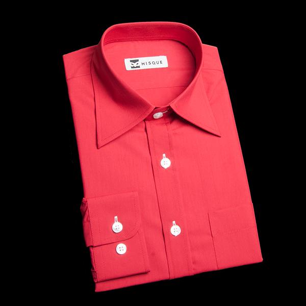 レギュラーカラーのレッドシャツ