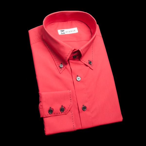 ブラックボタンのレッドシャツ